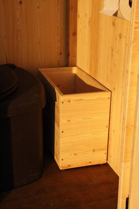 Toilettenhaeuschen Wald mit Biolan eco. Option: Einstreukiste aus Holz, Fichte oder Lärche. [Galerie Wald standard Biolan]