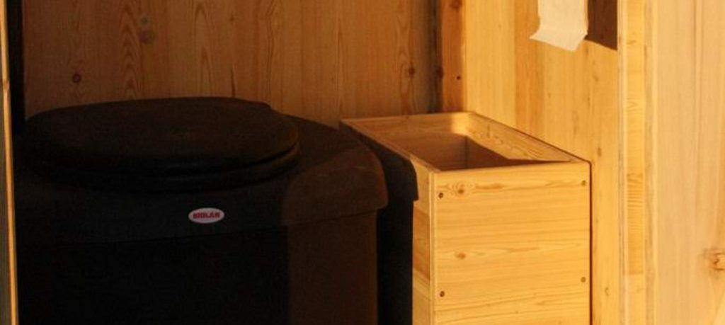 Toilettenhaeuschen Wald kompakt Laerche