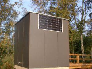 Toilettenhaus PANEEL mit Goldgrube - Ansicht Hinten, mit Solarpaneel