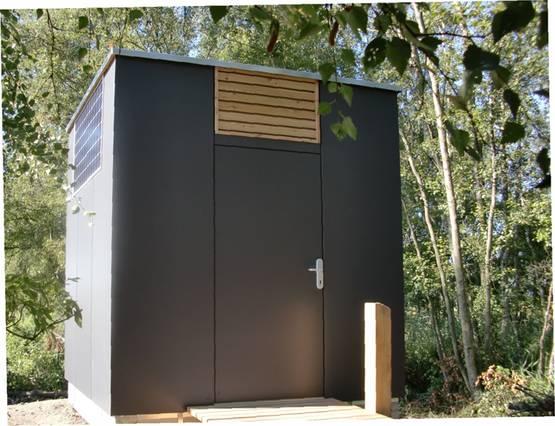 Toilettenhaus PANEEL mit Goldgrube - Vordeansicht mit Zugangssteg
