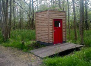 Toilettenhaus LÄRCHE, nach 2 Jahren mit Dachbegrünung