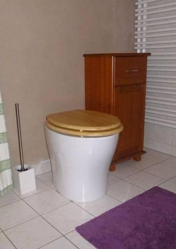Trocken-Trenntoilette im Bad eines alten Wohnhauses