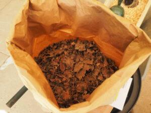 nowato - kleiner Vortrag über Komposttoiletten - Trockenes Laub als Einstreu für die Komposttoilette