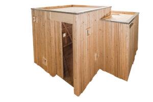 Trockentoilette KUBUS - öffentliche Toilette aus Lärchenholz mit Toilettensystem ECODOMEO - Ansicht front, Tür offen