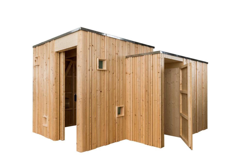 Trockentoilette KUBUS - öffentliche Toilette aus Lärchenholz mit Toilettensystem ECODOMEO - Ansicht front mit Nebenpissoir, Türe offen