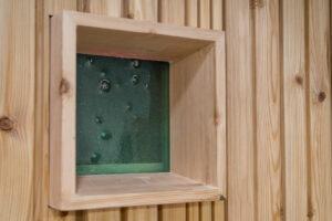 Trockentoilette KUBUS - öffentliche Toilette aus Lärchenholz mit Toilettensystem ECODOMEO - Detail Fenster