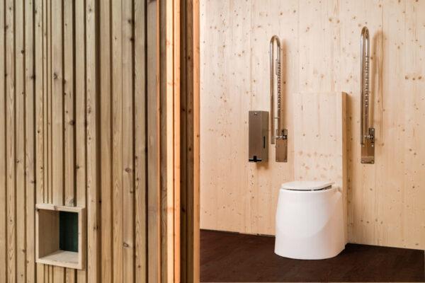 Trockentoilette KUBUS - öffentliche Toilette aus Lärchenholz mit Toilettensystem ECODOMEO - Innenraum