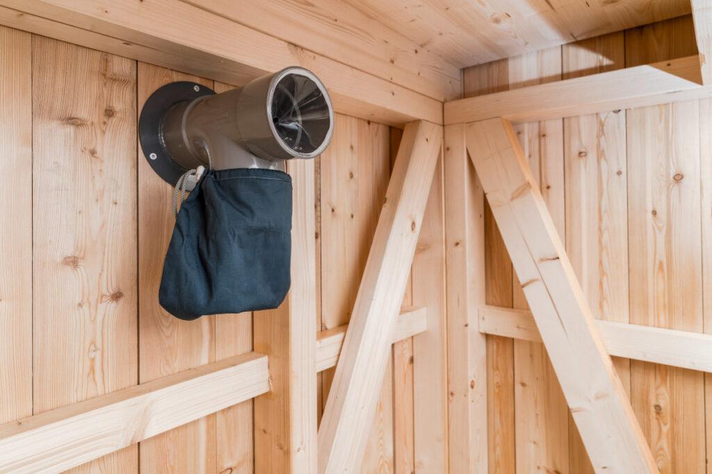 Trockentoilette KUBUS - öffentliche Toilette aus Lärchenholz mit Toilettensystem ECODOMEO - Kompostierungsraum und Detail Fliegenfalle