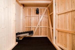 Trockentoilette KUBUS - öffentliche Toilette aus Lärchenholz mit Toilettensystem ECODOMEO - Kompostierungsraum und ECODOMEO-Förderband