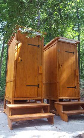 Waldkindergarten - Komposttoilette WIESE mit Biolan aus Lärchenholz, lasiert - mit Podest und Treppe