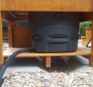 Waldkindergarten - Komposttoilette WIESE mit Biolan - Wartungsklappe und Schlauch für Sickerwasser