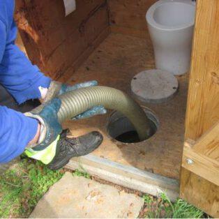 Wartung Trocken-Trenntoilette mit Goldgrube - 2 - Entleerung durch eine Vakuumfahrzeug - Entnahmeöffnung der Goldgrube hier in der Toilettenkabine