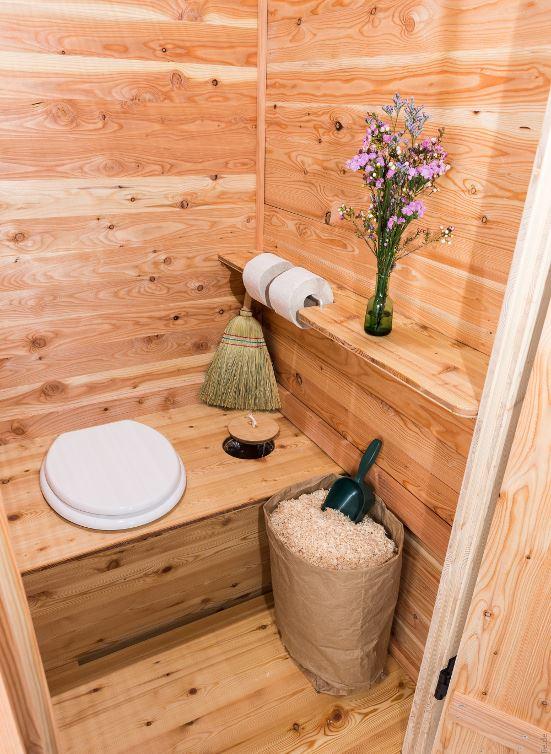 Komposttoilette Modell 'Wiese' Lärche Innenansicht