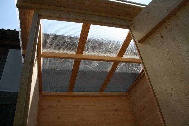 """Komposttoilette """"Wald"""" barrierefrei aus Lärche. Lichtdurchsichtiges Dach."""