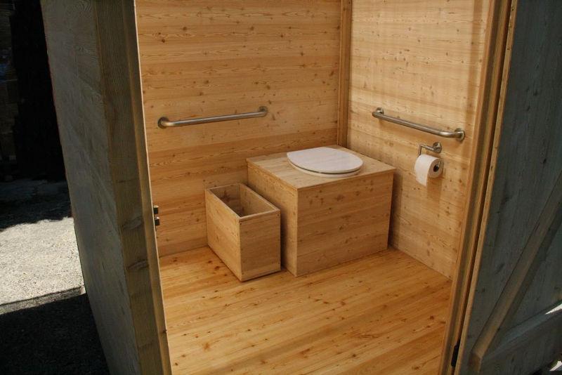 """Komposttoilette """"Wald"""" barrierefrei aus Lärche. Innenansicht von Aussen."""