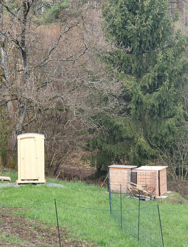 nowato Kundenfotos - Komposttoilette HEIDE und zwei geschlossene Komposter in einem Garten