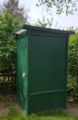 Autarke Sanitärtechnik duch Kompostierung - Komposttoilette WIESE in einem Garten
