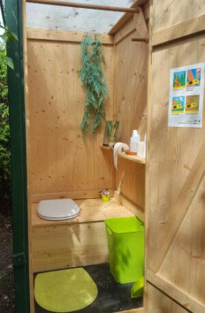 Autarke Sanitärtechnik duch Kompostierung - Komposttoilette WIESE in einem Garten. Innenansicht