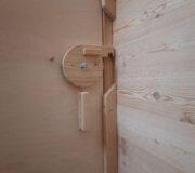 nowato - Toilette WALD-barrierefrei · Schloss von der Schiebetür, Innenanischt · Tür aus Multiplexplatte Birke