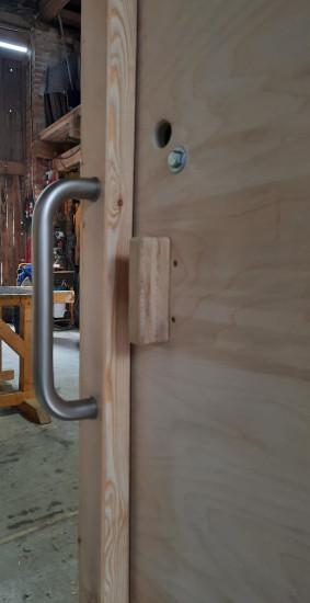 nowato - Toilette WALD-barrierefrei mit Aussengriff an der Tür, Schiebetür aus Multiplexplatte Birke - barrierefreie Komposttoilette