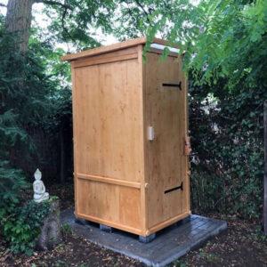 nowato Toilettenhäuschen WIESE lasiert. Als Einstreu-Toilette mit 80 L-Behälter oder mit dem Toilettensystem Biolan eco
