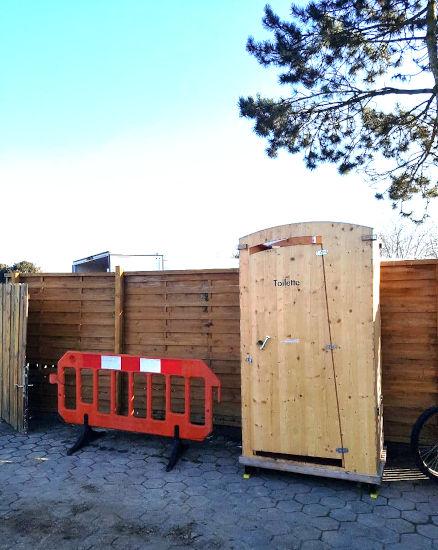 nowato · Vermietung Toilette HEIDE auf Baustelle · Komposttoilette Vermietung - Miettoilette