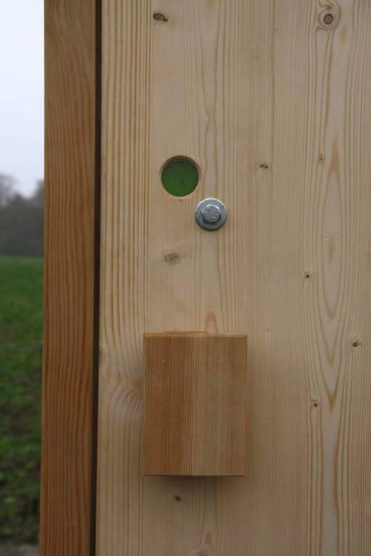 nowato Komposttoilette Modell Wald aus Fichte. Detail der Tür, Anzeige frei/besetzt