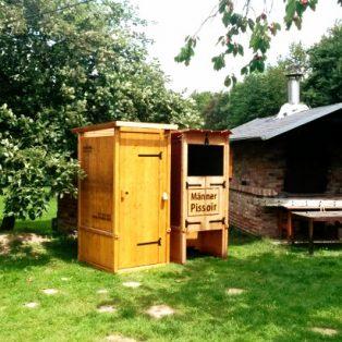 nowato Komposttoilette und Pissoir · in einem Garten