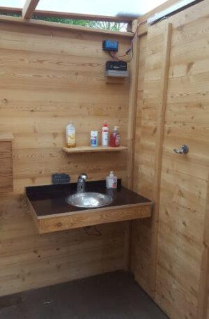 Handwaschbecken in Toilette 'WALD BARRIEREFREI nach DIN'. Sensor-Waschtischarmatur für Anschluss an druckfestes Kaltwasser.